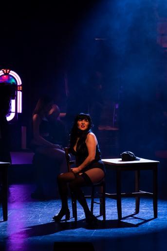 Na zdjęciu widzimy samotnie siedząca prostytutkę Gigi, która śpiewa swą smutną pieśń.