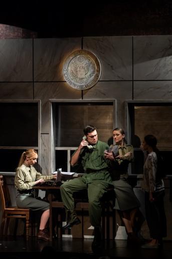 Na zdjęciu widzimy siedzibę amerykańskich żołnierzy w Sajgonie. John rozmawia przez telefon, wokół widać gwar biura, sekretarki.