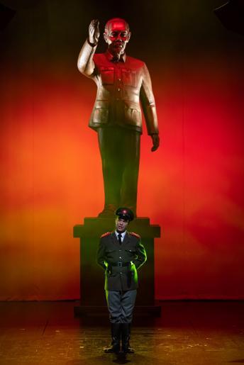 Na zdjęciu widzimy wysokiego rangą urzędnika Sajgonu – Thuya, ubrany jest w wietnamski mundur, stoi na tle pomnika przywódcy Wietnamu.