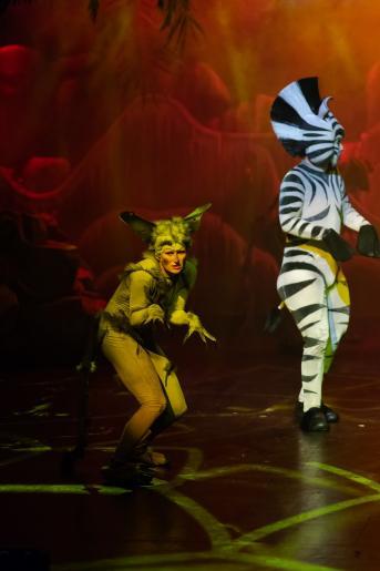 Na zdjęciu widzimy aktorów odgrywających rolę lemura i zebrę .